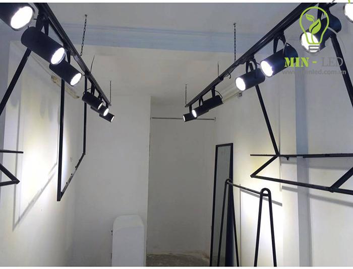 Đèn rọi ray thích hợp với trần bê tông và thường được sử dụng tại các shop bán hàng, showoom...1