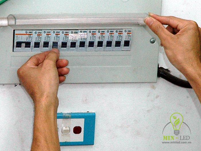 Tắt công tắc điện hoặc tắt cả Aptomat tổng trước khi thay bóng đèn LED âm trần để đảm bảo an toàn