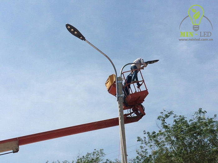 Lắp đặt đèn đường cần đảm bảo sự an toàn và đầy đủ trang thiết bị bảo hộ - 1
