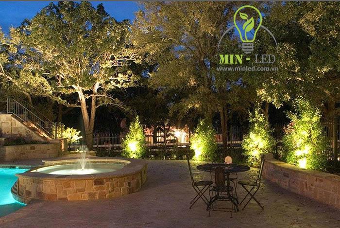 Đèn LED pha Rạng Đông 30W chiếu sáng các vị trí cây cảnh trong vườn -1