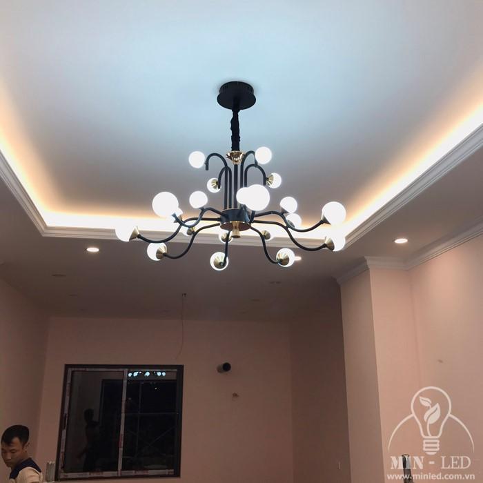 Phòng khách sử dụng đèn trang trí thương hiệu Hufa