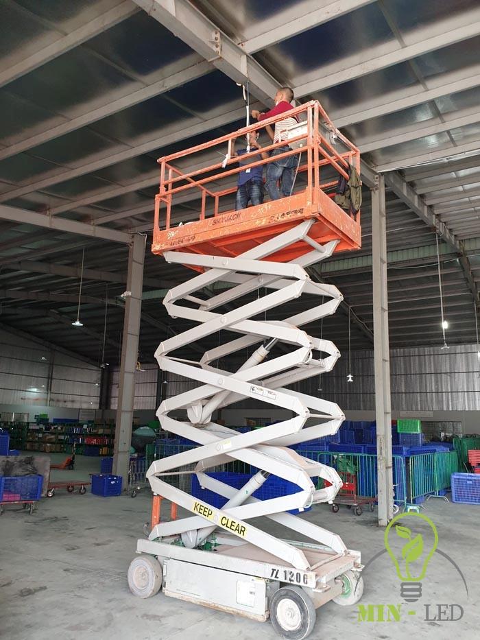 Chiều cao nhà xưởng khoảng 6m sử dụng xe nâng người để lắp đặt