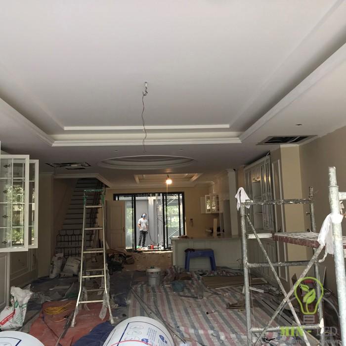 Tầng 1 đang hoàn thiện với nhà bếp và quầy bar