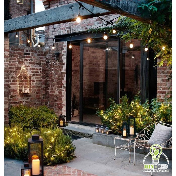 Những bóng đèn trên cao giúp tạo điểm nhấn và đem đến ánh sáng vào buổi tối