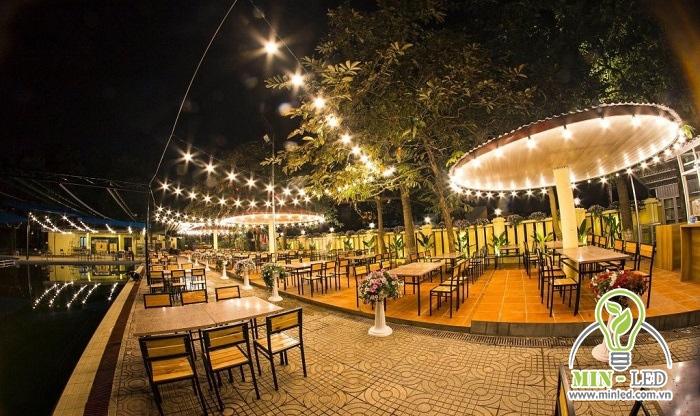 Đèn dây hình sao cực ấn tượng, giúp đem tới nét đẹp lãng mạn và nổi bật cho quán cafe