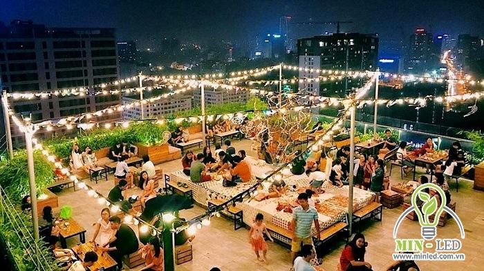Quán cafe sân thượng dùng đèn dây trang trí trên cao cực đẹp mắt và nổi bật
