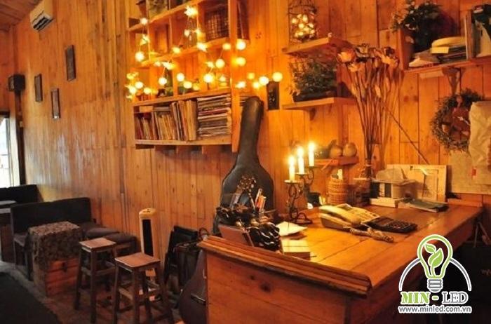Gắn đèn dây vào tường hay các món đồ trang trí để thu hút sự chú ý của các vị khách