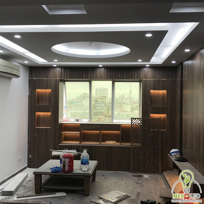 Phòng khách sử dụng đèn LED Rạng Đông đổi màu và LED dây hắt trần