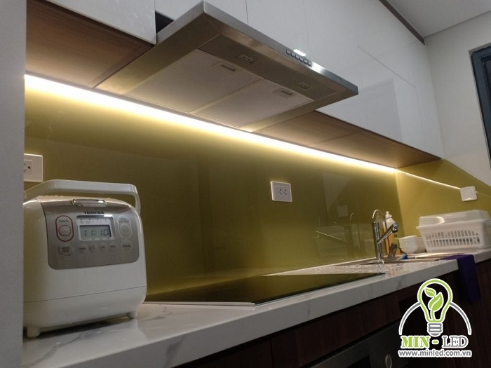 Lắp đèn LED thanh nhôm, giúp chiếu sáng cho toàn bộ bàn bếp nấu ăn