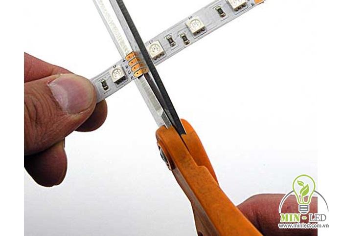Cắt dây LED theo chiều dài của thanh nhôm để lắp đặt cho chuẩn xác