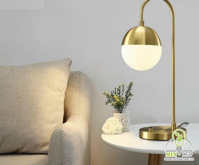 Mẫu đèn bàn 6636 có kiểu dáng hình cầu cực nổi bật và bắt mắt. Thân đèn làm từ kim loại, mạ đồng và phần chao đèn có chất liệu sứ.