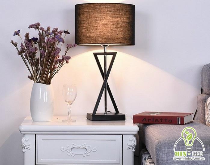 Đèn bàn phòng khách 6612 với tông màu nâu đậm cực cuốn hút. Thân đèn làm từ hợp kim mạ sơn tĩnh điện, chao đèn chất liệu vải. Đèn sử dụng bóng LED 5W tiết kiệm điện hiệu quả cho các gia đình.