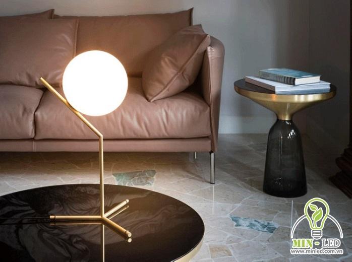 Đèn LED trang trí phòng khách 6646 làm từ chất liệu kim loại mạ đồng cao cấp. Sản phẩm có ánh sáng màu vàng, trung tính giúp đem đến vẻ đẹp nhẹ nhàng, ấm cúng cho không gian.