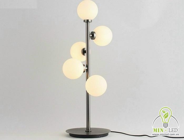 Mẫu đèn bàn phòng khách 6634 có 5 bóng đèn hình cầu gắn trên khung kim loại. Kiểu dáng khá đơn giản nhưng vẫn đem đến vẻ đẹp đậm nét nghệ thuật cho không gian sở hữu