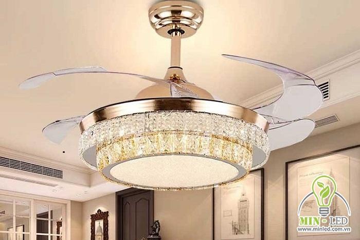 Mẫu quạt trần đèn cánh cụt pha lê mã HT-07 được làm từ chất liệu đồng, nhựa, pha lê. Đường kính sản phẩm là 108cm, phù hợp phòng khách từ 15 - 25 m2.
