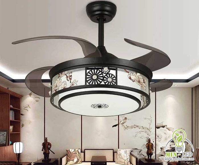 Đèn quạt trần gỗ Trung Hoa HT-02 có kiểu dáng cổ điển. Thiết kế mang đậm phong cách cổ, tạo nên vẻ đẹp khác lạ cho không gian phòng khách. Sản phẩm có đường kính 107cm, chiều cao 48cm.