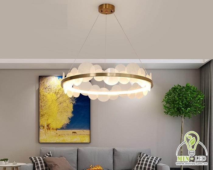 Đèn chùm Ý Moonlight DCY6605 được tạo thành từ những vòng tròn giống như mặt trăng làm từ chất liệu hợp kim sơn tĩnh điện. Nghệ thuật sắp đặt tinh tế với độ LED 3 màu cung cấp sánh sáng dịu nhẹ và tinh tế. Kiểu dáng đơn giản nhưng vẫn đảm bảo tạo nên một không gian vô cùng cuốn hút, nổi bật.