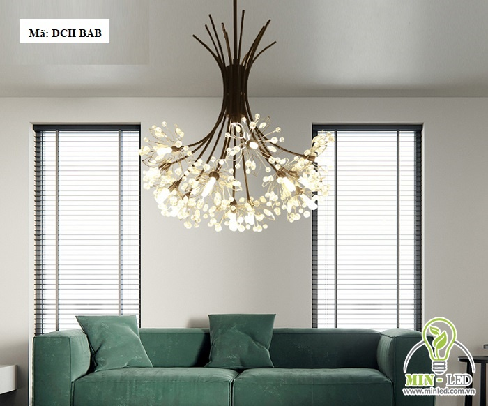 Mẫu đèn đèn LED trang trí phòng khách DCH BAB có thiết kế với hình hoa bồ công anh. Vẻ đẹp nhẹ nhàng, tinh tế rất phù hợp với các không gian phòng khách có kiến trúc đơn giản. Chất liệu nhôm sơn tĩnh điện và các hạt pha lê cao cấp, đảm bảo độ bền vượt trội.
