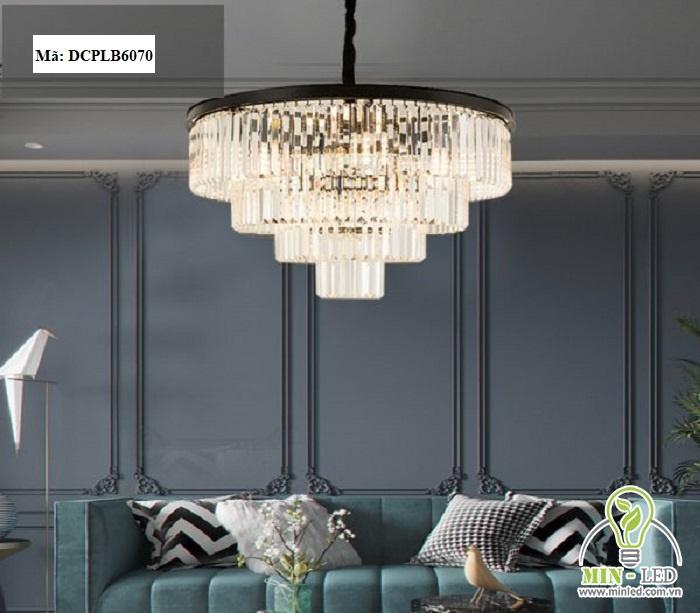 Đèn trang trí phòng khách DCPLB6070 có thiết kế sang trọng với các hạt pha lê lấp lánh. Phần thân đèn có chất liệu hợp kim sơn tĩnh điện, không bị biến dáng và đem đến độ bền dài lâu. Kiểu thiết kế cổ điển kết hợp màu ánh sáng vàng giúp cho phòng khách trở nên ấm cúng hơn rất nhiều.