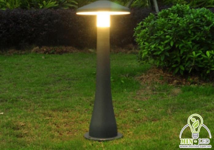 Kiểu dáng của đèn trụ khá đơn giản, giúp cung cấp ánh sáng rộng cho sân vườn