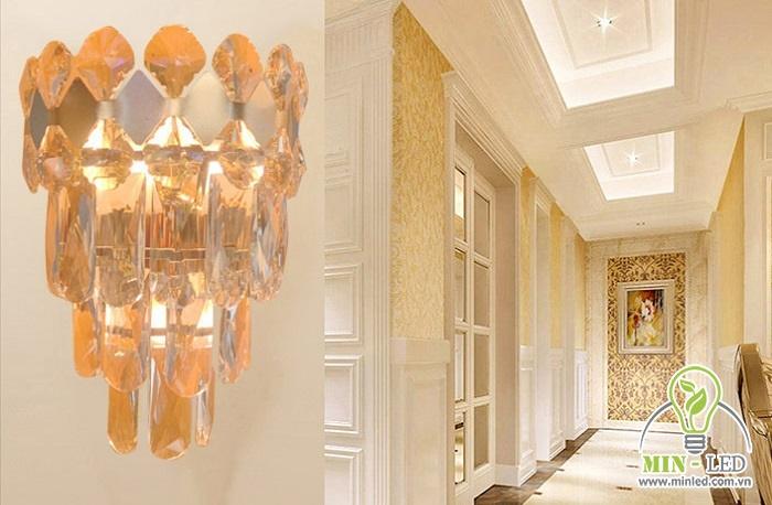 Đèn pha lê MT8022 chiếm đến 80% là các viên pha lê, đem lại nét đẹp sang trọng cho không gian. Khung thép mạ vàng có độ bền cao, đảm bảo tuổi thọ vượt trội cho sản phẩm. Thiết kế 3 tầng pha lê mang vẻ đẹp lung linh, cổ điển cho không gian.