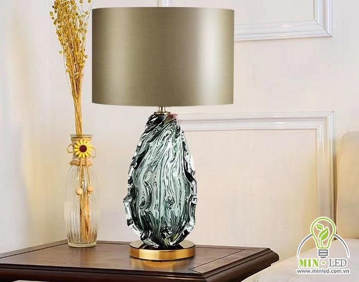 Mẫu đèn bàn phòng ngủ MB2047 phần thân chất liệu pha lê, chao vải