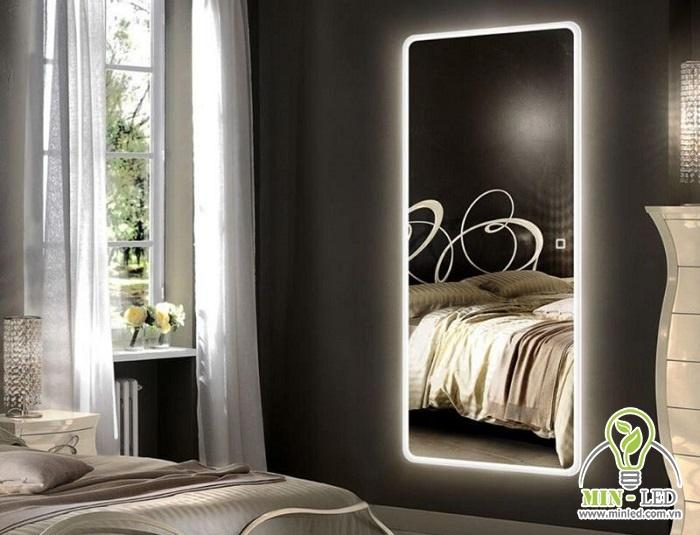 Gương đèn LED vừa giúp trang trí vừa tạo ánh sáng chuẩn khi soi gương
