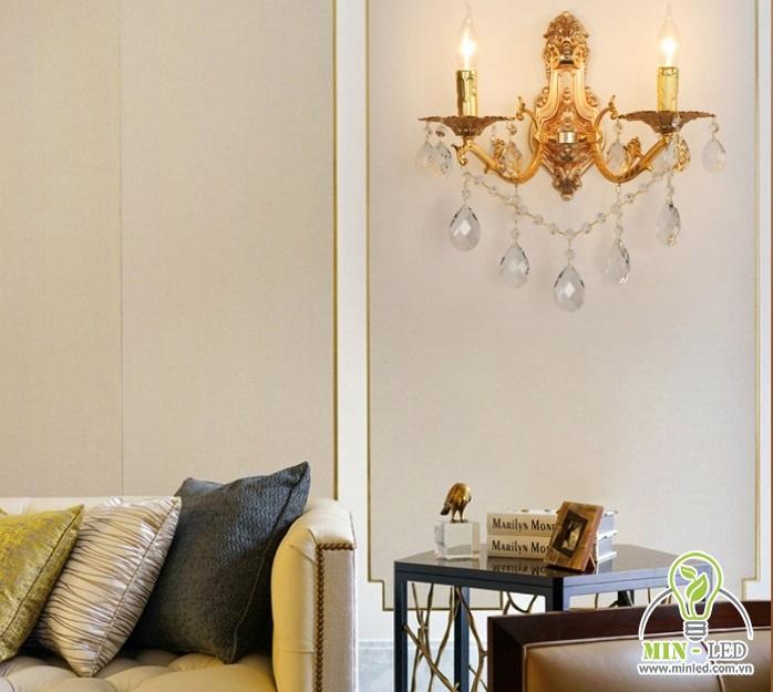Vị trí cạnh sofa sát cửa ban công, đặt thêm bàn trà hoặc bàn đọc sách tại đây và treo đèn bên trên sẽ là lý tưởng nhất