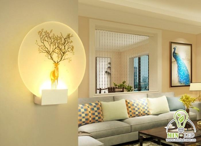 Ánh sáng vàng nhẹ nhàng sẽ là màu sắc phù hợp nhất của đèn gắn tường phòng khách